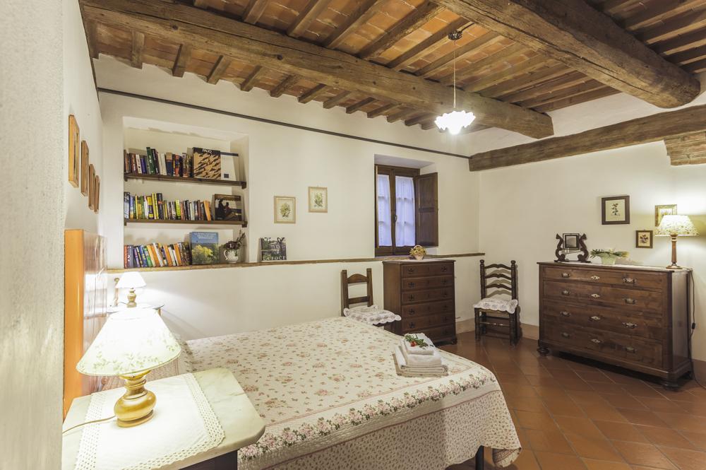 Camera rosa agriturismo la montalla val d - Camera da letto con travi in legno ...